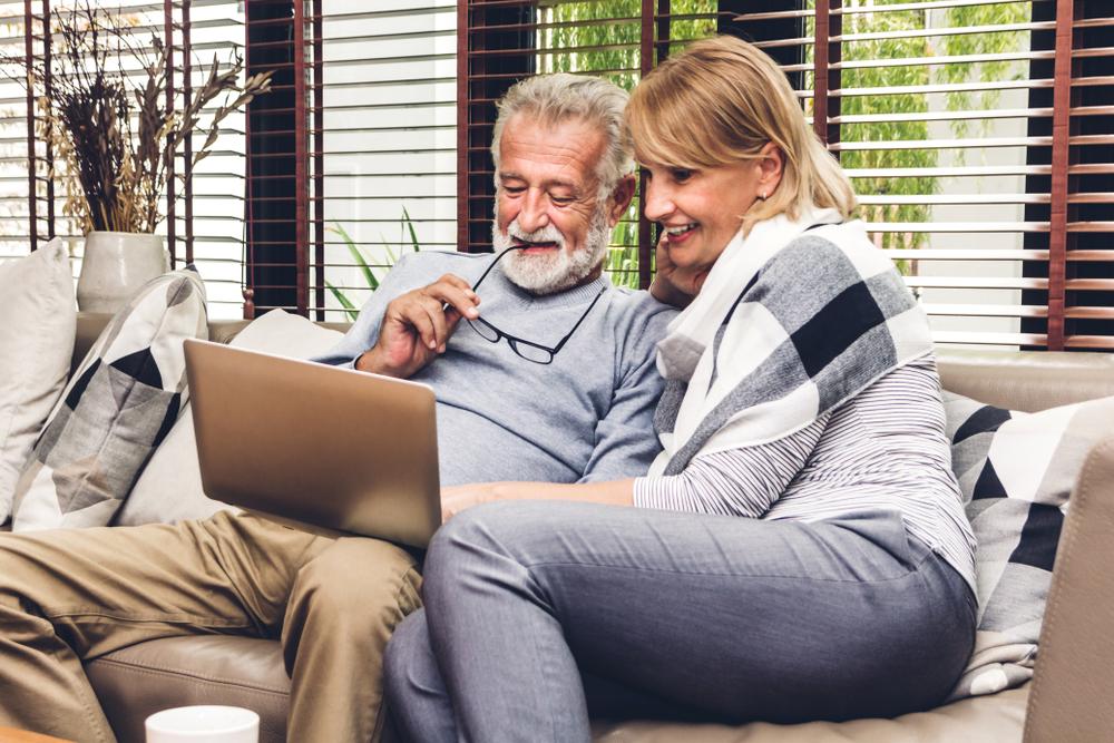 Ehepaar vergleicht Designs & Angebote