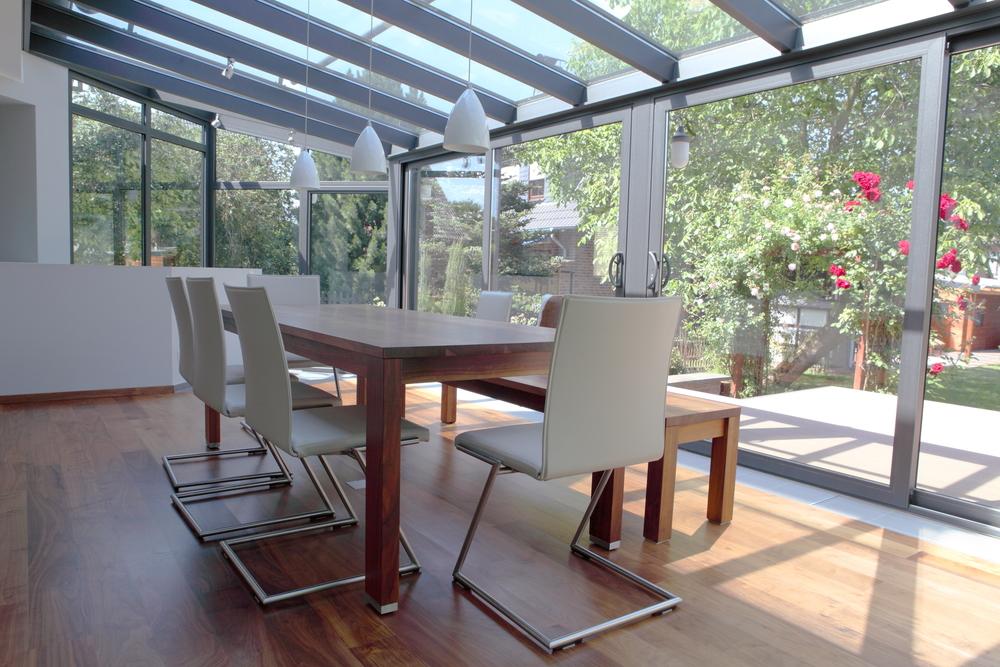 moderner Wintergarten mit Eßzimmer