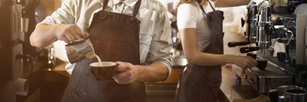 Barista beim Zubereiten eines Cappuccinos
