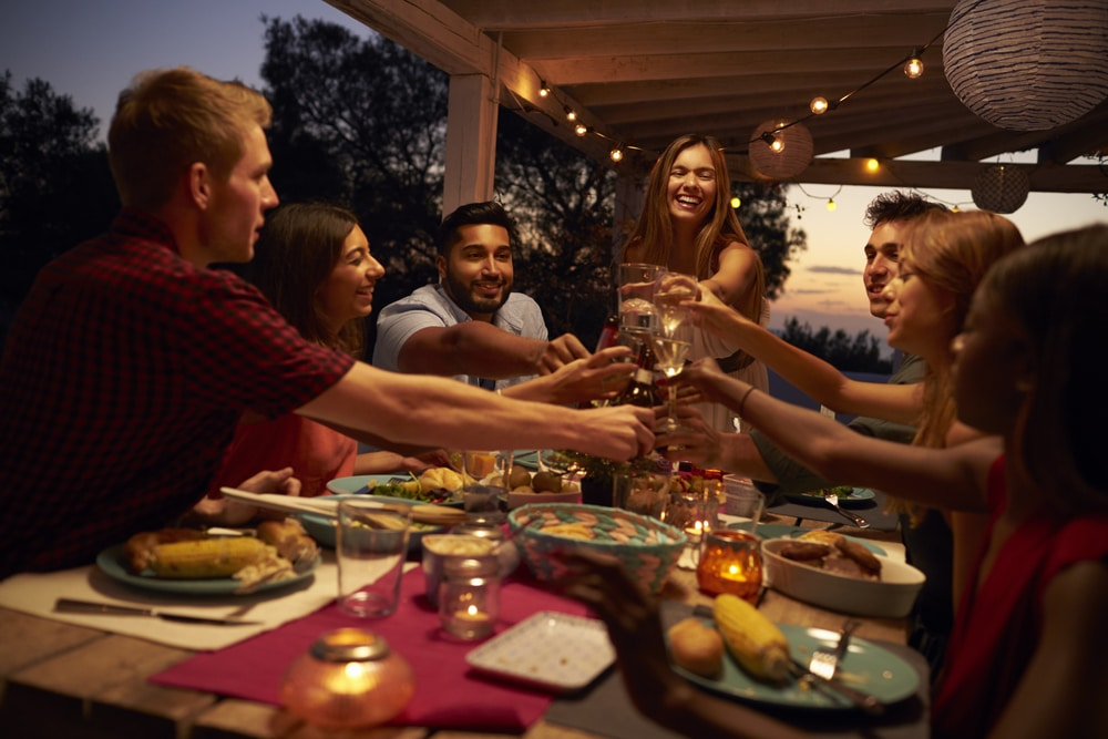 Genießen Sie laue Sommernächte mit Freunden auf Ihrer Terrasse