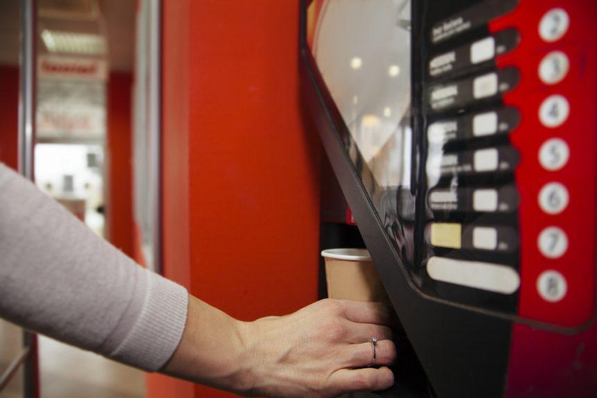 Kaffeevollautomaten mit Münzeinwurf, Karten oder Jetons