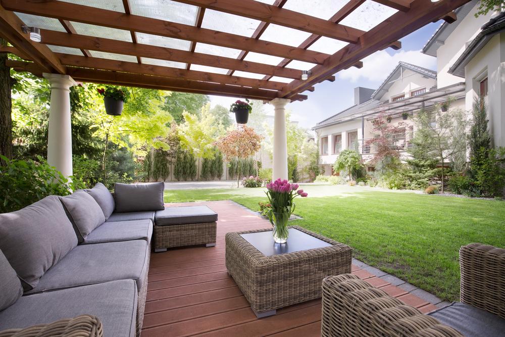 Terrassendach aus Holz mit Polstermöbeln