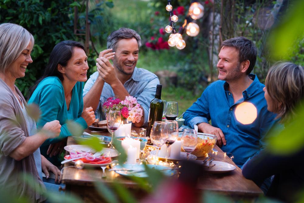 Laue Sommernächte mit Freunden auf der Terrasse