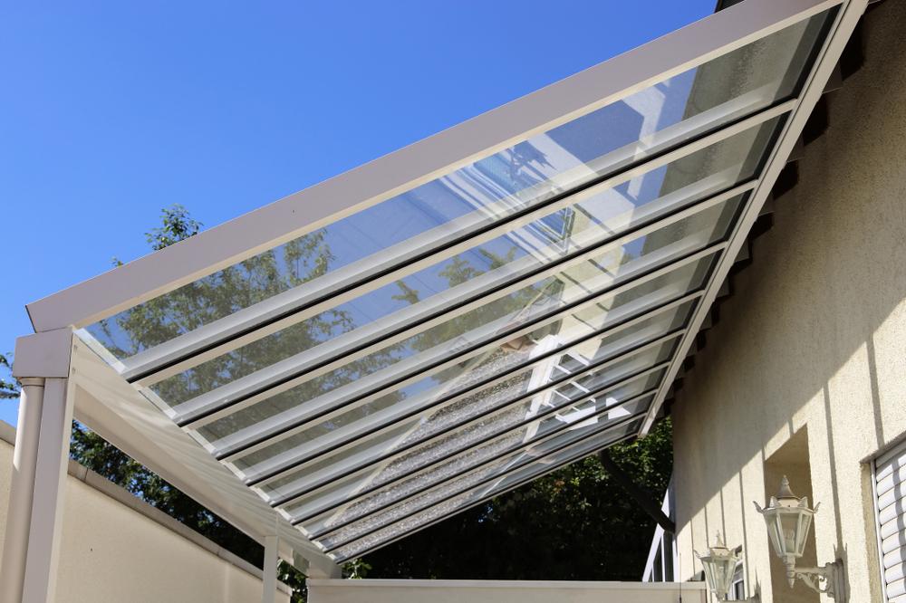 Terrassenüberdachung aus Aluminium und Echtglas