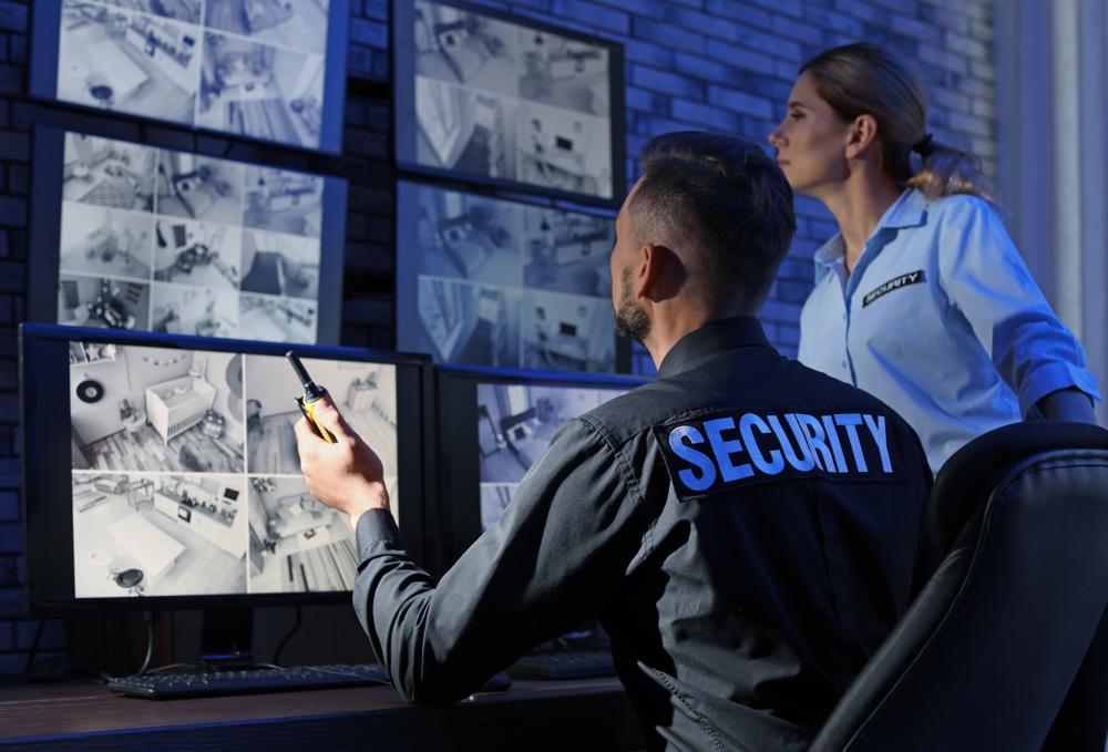 Security Team überwacht Bildschirme